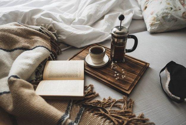 یک فنجان قهوه و خواندن یک کتاب فرانسه